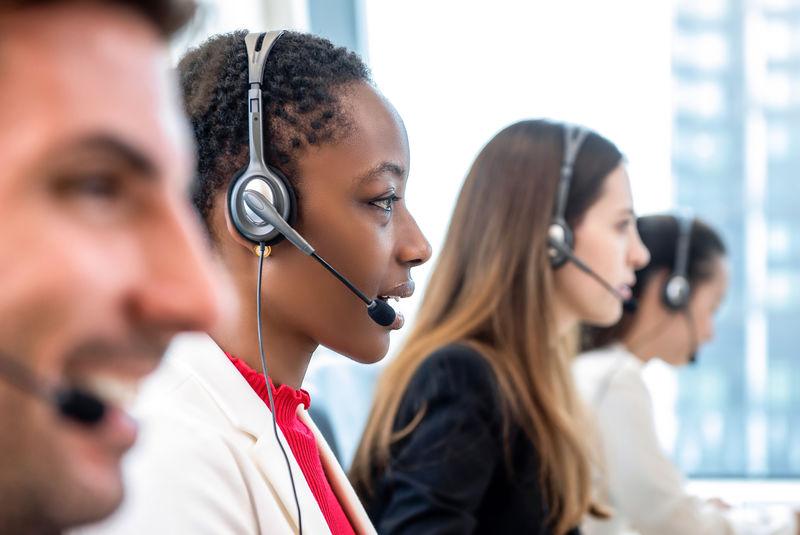 图片素材-非裔美国女性电话营销客服人员在呼叫中心办公室与不同团队合作-jpg格式- 未来素材下载